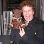 Leo Sayer holding and pointing at Bearsac.