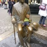 Bearsac sitting on the lap of Oscar Wilde (statue)